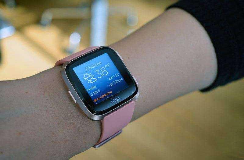 Fitbit Versa имеют знакомый дизайн
