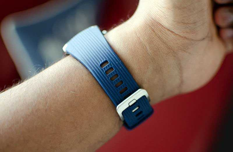 Samsung Galaxy Watch на руке