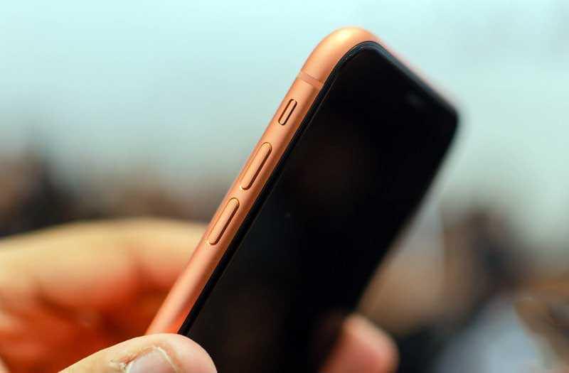 iPhone XR сбоку