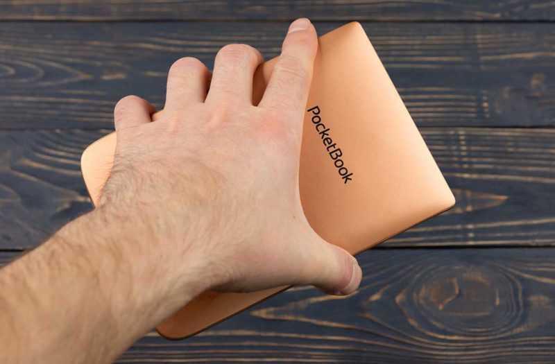 PocketBook 632 можно обхватить рукой