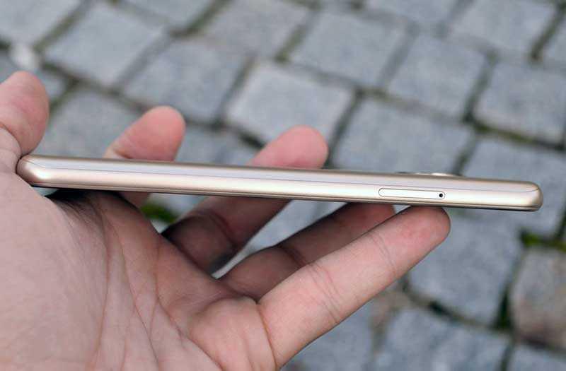 Motorola Moto E5 слева