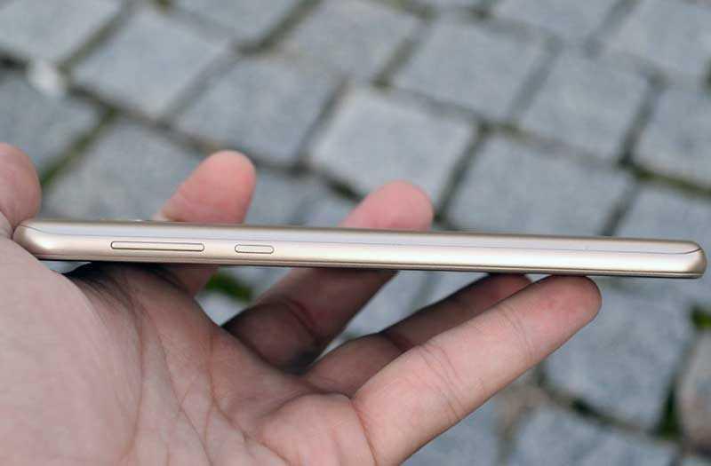 Motorola Moto E5 справа