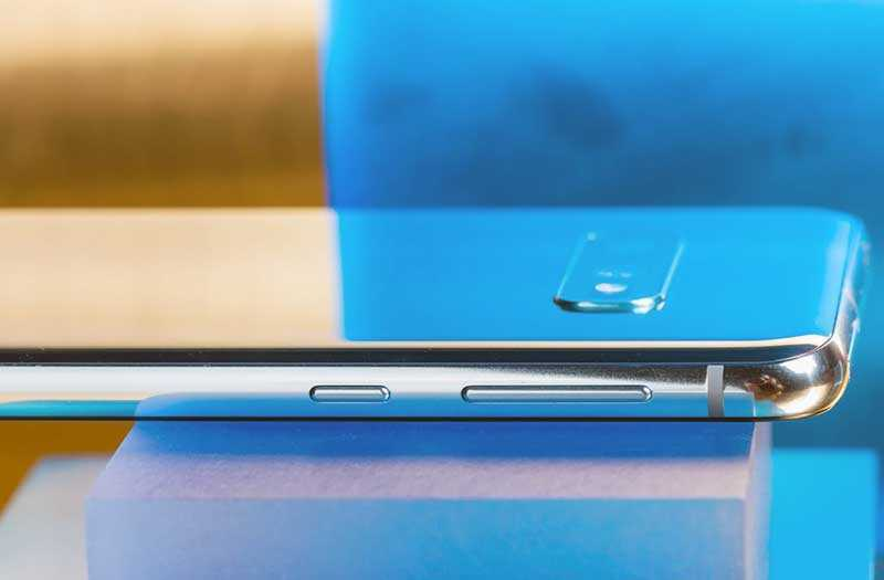 Samsung Galaxy S10e сбоку