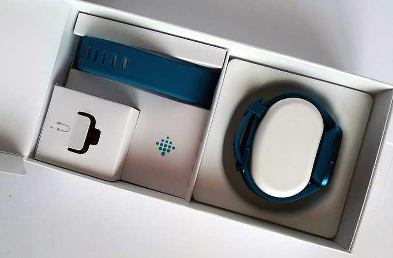 Fitbit Versa Lite Edition из коробки