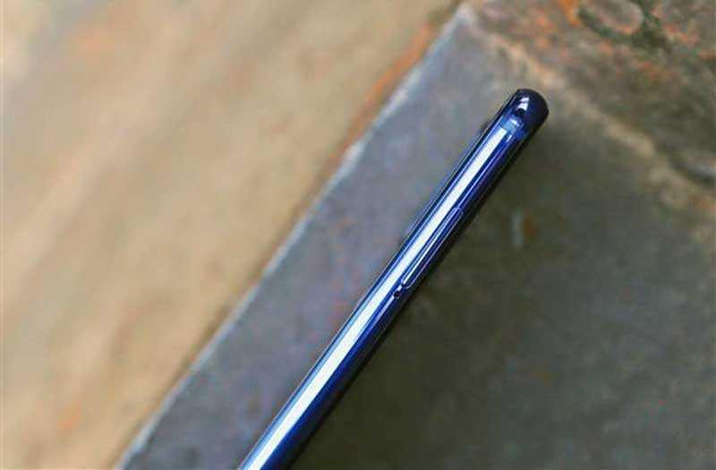 Xiaomi Mi 9 SE сбоку