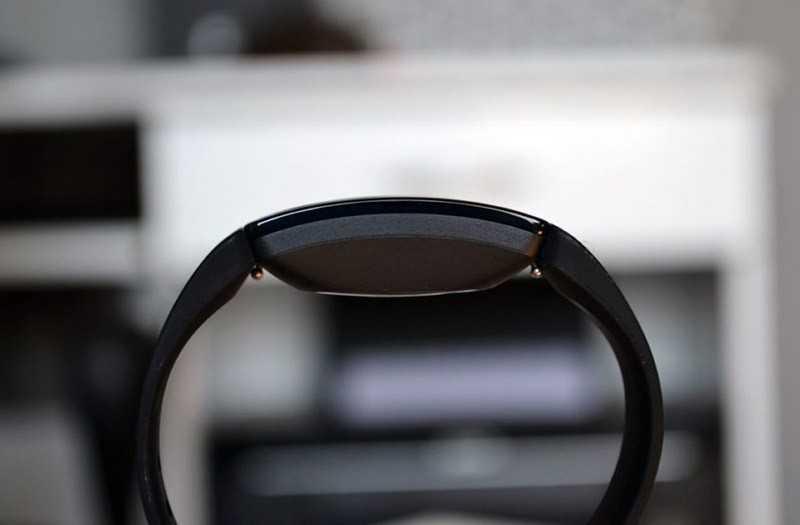 Fitbit Inspire HR слева