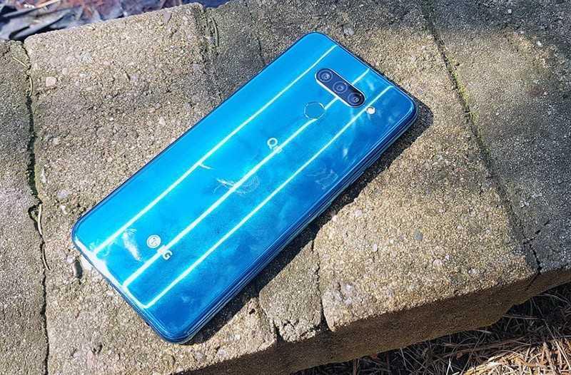LG Q60 сзади