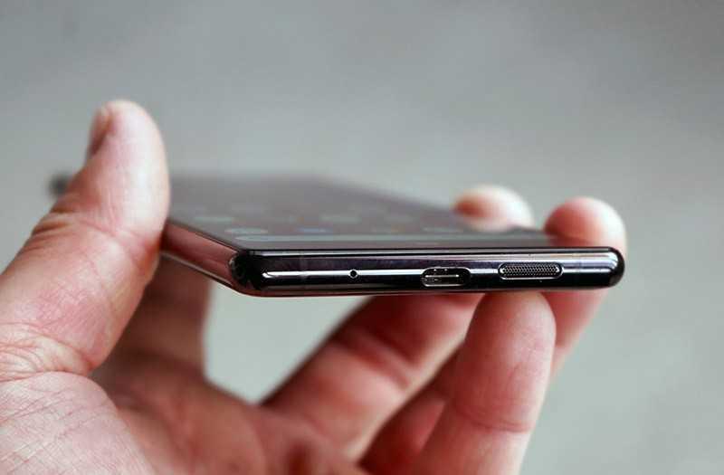 Sony Xperia 1 снизу