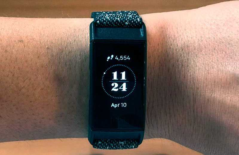 Fitbit Charge 4 на руке