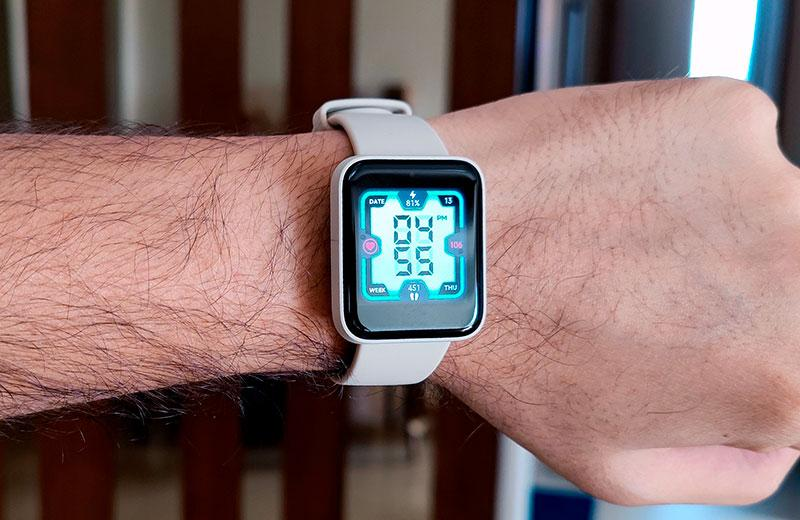 Xiaomi Redmi Watch на руке