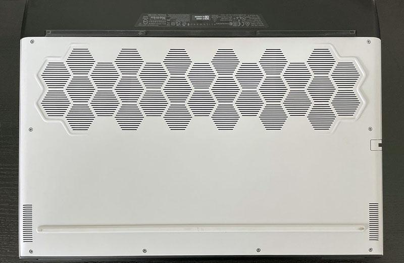 Alienware m17 R4 сзади