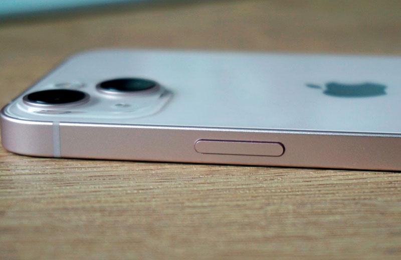 Apple iPhone 13 сбоку