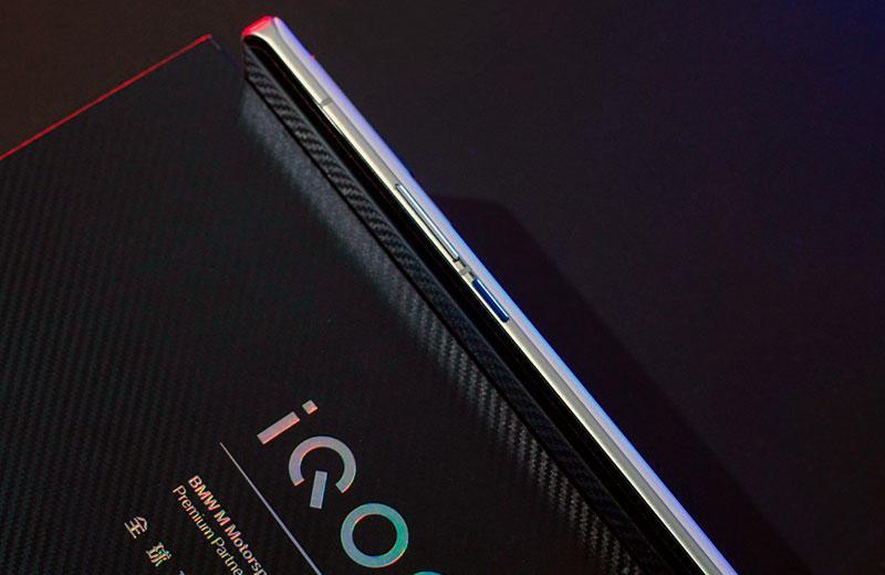 iQOO 8 Pro сбоку